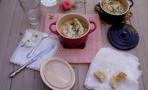 1 rape hermoso.4 cebolletas.4 ajos tiernos.6 alcachofas.16 langostinos de buena calidad.1 cucharada de harina.30 gr de mantequilla.30 gr de aove.1 vaso y medio de leche.