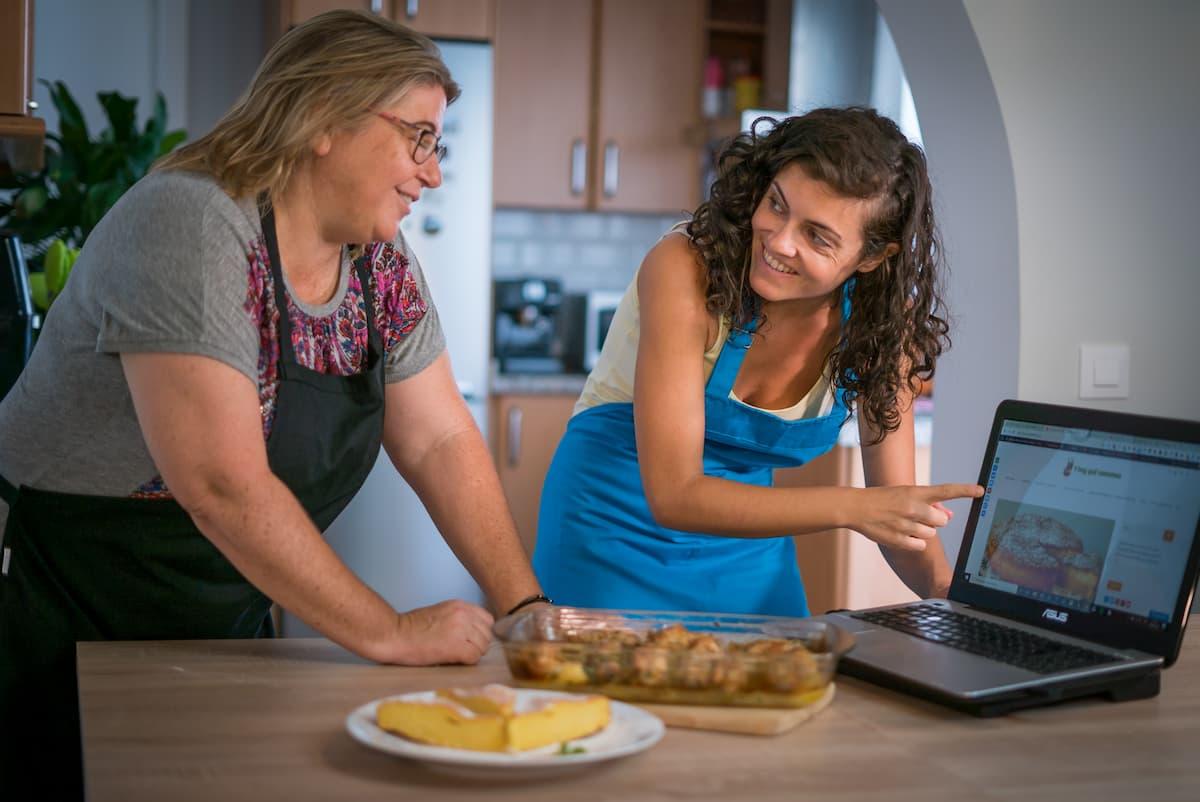 Pilar e Irene preparando plato.