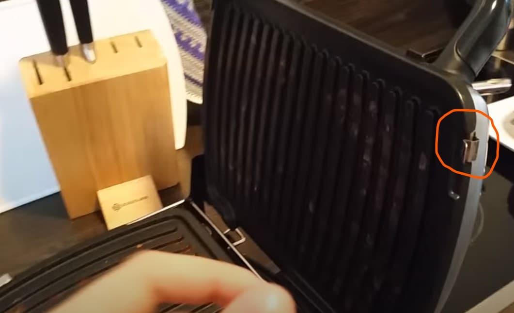 Unas pequeñas pestañas permiten extraer las placas para limpiarlas en lavavajillas.