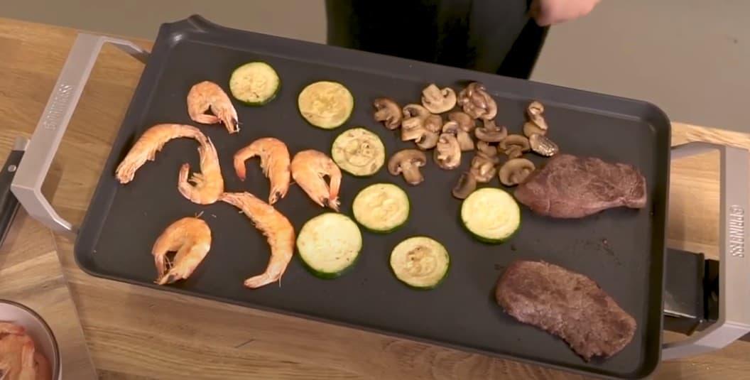 Su gran superficie de 60 x 36 cm permite preparar comida para 8 personas.