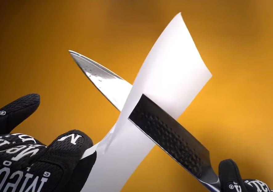 El acero de Damasco de este Shan Zu demostró su excelencia al pasarlo por una simple hoja de papel.